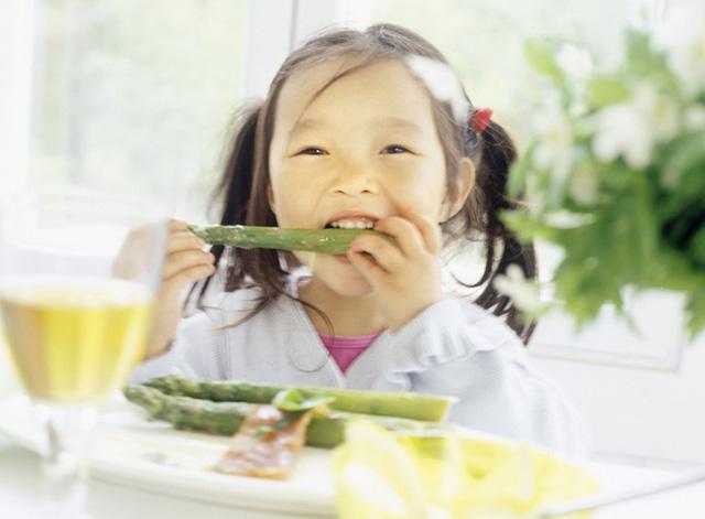 アスパラを食べる少女