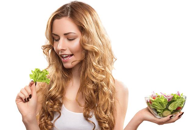 レタスを食べる女性