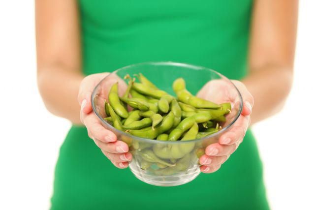 枝豆を持っている女性