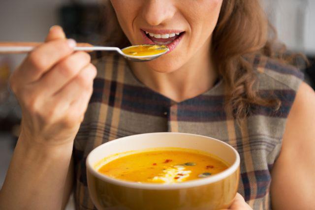 かぼちゃのスープを食べる人
