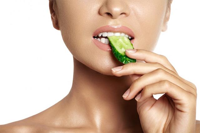 きゅうりを食べている女性