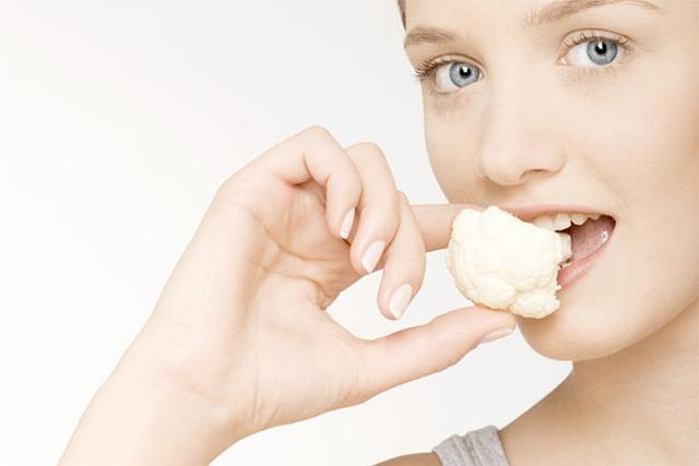 カリフラワーを食べる女性