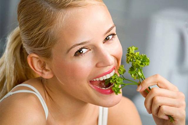 パセリを食べる女性
