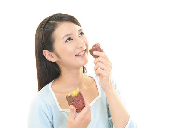 さつまいもを食べる女性