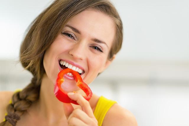 パプリカを食べる女性