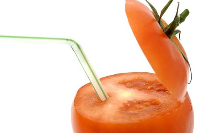 トマトにストローを刺した画像