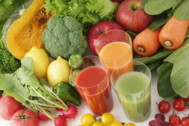 野菜ジュースと並べられた野菜