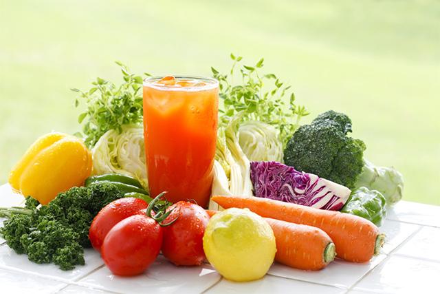 様々な野菜と野菜ジュース