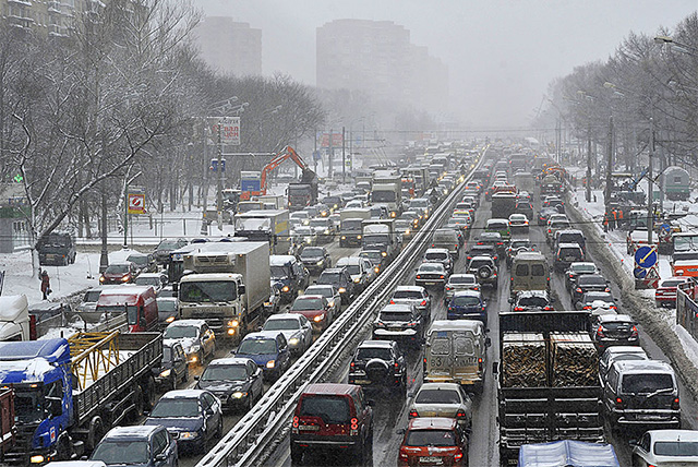 雪の被害で渋滞する道路