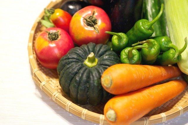 ざるの上に置かれた緑黄色野菜