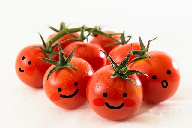 顔が描かれているトマト
